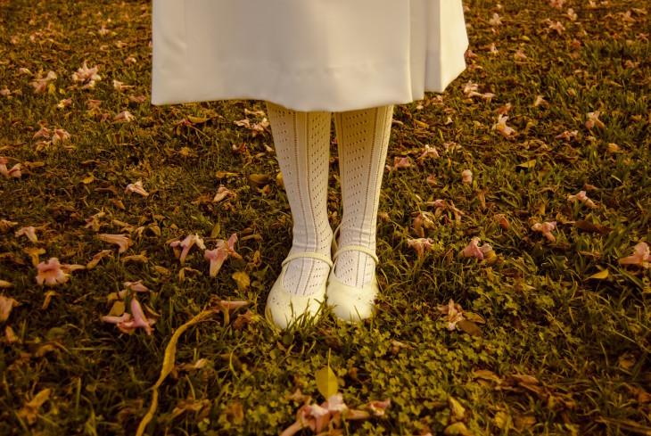 fetita-cu-pantofi-galbeni